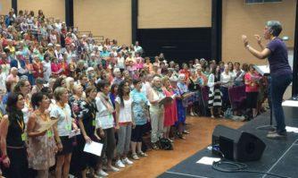 Les 1000 choristes répètent leur spectacle avant leur concert à Cannes avec Souchon et Voulzy