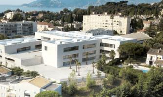 L'ancien groupe scolaire des Broussailles devient l'École communale Jacqueline de Romilly, un établissement tout neuf qui abrite à présent les classes de la maternelle et du primaire au même endroit