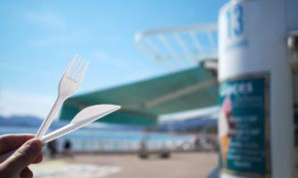 Cannes : Le plastique proscrit dans les kiosques du littoral, la brigade des plages renforcée