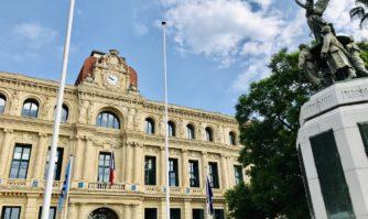 David Lisnard a fait mettre les drapeaux en berne en hommage à Jean-Mathieu Michel, Maire de Signes décédé dans l'exercice de ses fonctions municipales