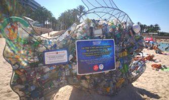 Un poisson géant à Cannes pour rappeler à tous que la mer n'est pas une poubelle