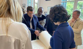 Le jury de CANNESERIES signe le Livre d'Or de la Ville de Cannes